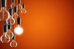 Bulbos del vintage del concepto de la idea y de la dirección en fondo del color, imagen de archivo libre de regalías