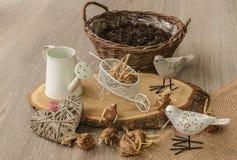 Bulbos do açafrão de outono ao lado dos pássaros decorativos no backgroun Imagem de Stock
