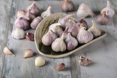 Bulbos do alho do close-up e cravos-da-índia de alho no fundo de madeira garlic Alho fresco Imagem de Stock