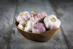 Bulbos do alho do close-up e cravos-da-índia de alho no fundo de madeira garlic Alho fresco Foto de Stock