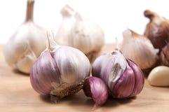Bulbos do alho fumado, branco e roxo Foto de Stock Royalty Free