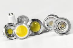 Bulbos do diodo emissor de luz GU10 com tamanhos diferentes das microplaquetas usadas Fotografia de Stock