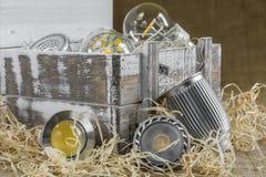 Bulbos do diodo emissor de luz GU10 na palha na frente da caixa de madeira da entrega velha com Fotos de Stock Royalty Free