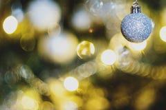 Bulbos do Natal na árvore de Natal imagens de stock royalty free