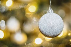 Bulbos do Natal na árvore de Natal foto de stock royalty free