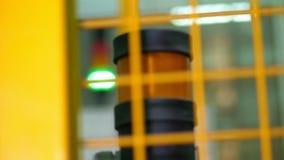 Bulbos eléctricos del primer, verdes y rojos en fábrica señal de peligro, equipo detrás de la cerca en fábrica metrajes