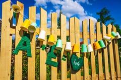 Bulbos justos de la guirnalda Casandose, decoración del partido La guirnalda de las tazas de papel cuelga en los tableros de made Imagenes de archivo