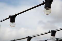 Bulbos prendidos corda Imagens de Stock