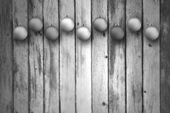 Bulbos preto e branco do xmas no fundo de madeira Fotos de Stock Royalty Free