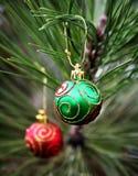 Bulbos verdes e vermelhos do Natal Fotos de Stock Royalty Free