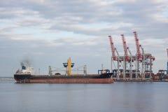 Bulck-Schiff, das in Seehafen hereinkommt Stockfotografie