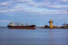 Bulck-Schiffssegeln im Meer-poart Stockbild