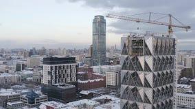 Bulding του νέου ουρανοξύστη γυαλιού στο κέντρο της μεγαλούπολης το χειμώνα r Αστικό τοπίο, Ekaterinburg, Ουράλια φιλμ μικρού μήκους
