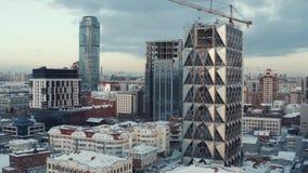 Bulding del nuevo rascacielos de cristal en el centro de la gran ciudad en invierno acci?n Paisaje urbano, Ekaterinburg, Urales metrajes