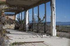Bulding eroso alla spiaggia immagini stock libere da diritti