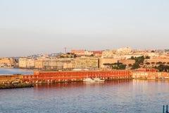 Buldings coloré dans le port de Naples à l'aube Images stock