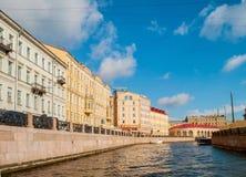 Buldings et remblai historiques de rivière de Moika dans le jour ensoleillé à St Petersburg, Russie Photographie stock