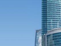Buldings moderni dell'alta carica sopra l'azzurro Fotografie Stock Libere da Diritti