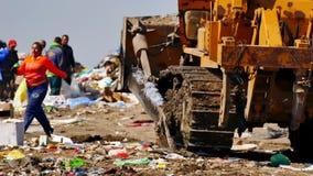 Buldożer przy miasto Śmieciarskim usypem zdjęcie wideo