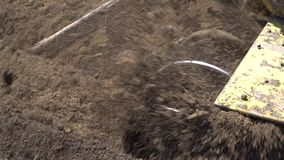 Buldożer rozluźnia ziemię na budowie zbiory