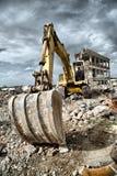 Buldożer usuwa gruzy od rozbiórki porzuceni budynki fotografia royalty free