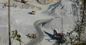 Buldożer w łupie ładuje kamień w ciało usyp ciężarówka, budozer żółte pracy w łupie, ładuje usyp zdjęcie wideo