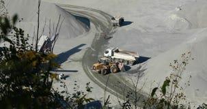 Buldożer w łupie nalewa ładunek w ciężarówkę, ładuje usyp ciężarówkę w łupie zbiory