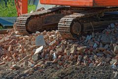 Buldożeru łańcuch na rozsypisku stare cegły zdjęcia stock