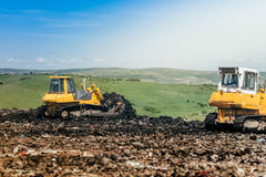 buldożery pracuje na budowie Szczegóły pustkowie, śmieciarskiego usuwania dampingu ziemie Obrazy Stock