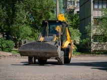 Buldozer делая и строя новую дорогу асфальта около civ стоковые изображения