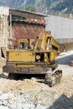 Buldozer jaune dans la construction de pont en route Image libre de droits