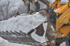 Buldozer rimuove la neve dalla strada Fotografia Stock