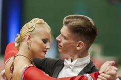 Buldyk Sergey y demostración de la danza de Raiko Alena Perform Adult Show Case durante el campeonato nacional Imagen de archivo