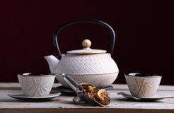 Bule branco da porcelana e dois vidros para servir o chá com palin da especiaria foto de stock