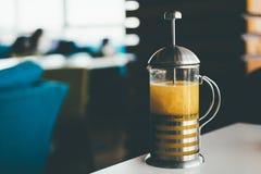 Bule com chá na tabela imagem de stock