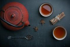 Bule com colher de chá Anise Star na tabela preta imagem de stock royalty free