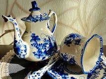 Bule, copo com pires e colher de chá Coisas no estilo tradicional de Gzhel do russo Gzhel - ofício popular do russo da cerâmica imagens de stock royalty free
