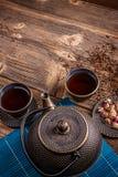 Bule do ferro e copos do chá Fotos de Stock