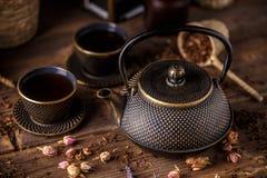 Bule do ferro e copos tradicionais do ferro Imagem de Stock Royalty Free
