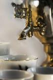 Bule do russo do close-up com fonte e copos de água Fotografia de Stock Royalty Free