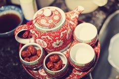 Fabricante de chá chinês do casamento Fotografia de Stock
