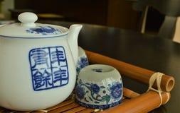 Bule e copos da porcelana fotografia de stock royalty free