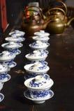 Bule e xícara de chá de cobre foto de stock