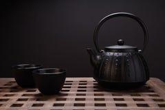 Bule e xícaras de chá orientais tradicionais na mesa de madeira Fotografia de Stock Royalty Free