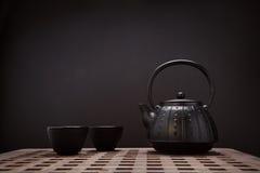 Bule e xícaras de chá orientais tradicionais na mesa de madeira Foto de Stock