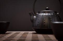 Bule e xícaras de chá orientais tradicionais na mesa de madeira Imagem de Stock Royalty Free