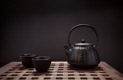 Bule e xícaras de chá orientais tradicionais na mesa de madeira Foto de Stock Royalty Free