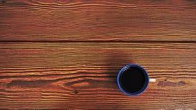 Bule koppkaffe på wood bakgrund fotografering för bildbyråer
