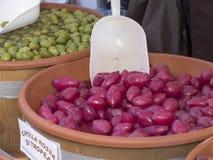 Bule que contém cebolas vermelhas com a colher branca que descansa para dentro Em Fotografia de Stock Royalty Free