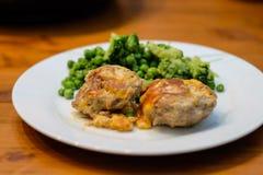 Bulette с сыром и салатом стоковое фото